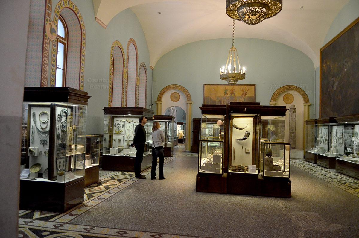 Предметы обихода и бытового назначения периода начального общественного развития на нынешней территории России, один из залов государственного исторического музея.