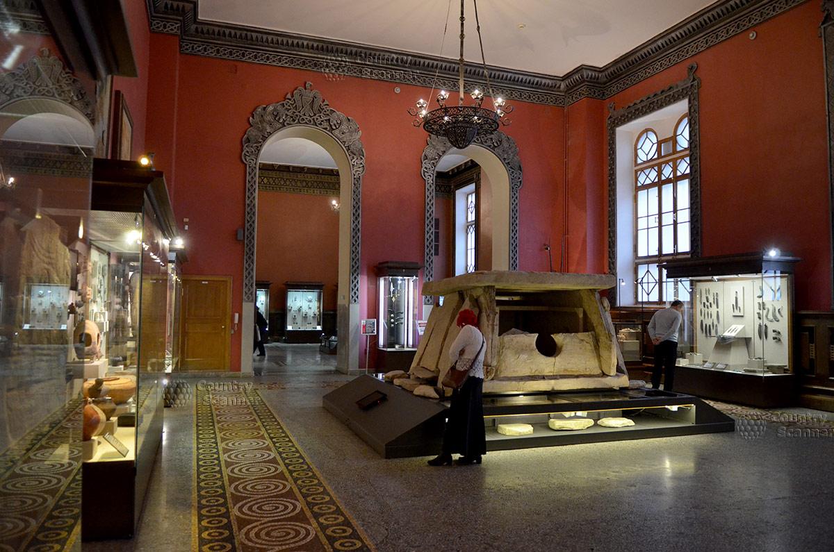 Древнее захоронение из каменных плит – дольмен Колихо, раскопанный под оползнем в Крыму. Экспонируется в государственном историческом музее.