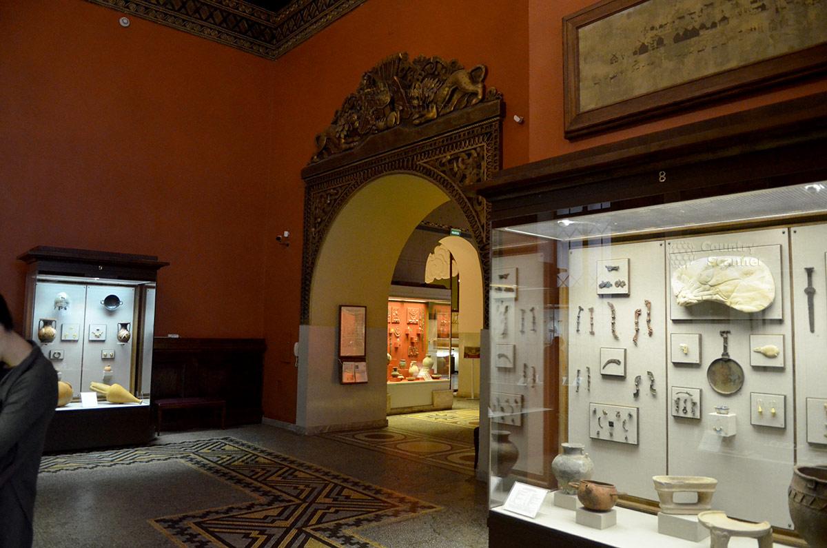 Один из залов древнего мира в государственном историческом музее. Бронзовое обрамление дверного проема.
