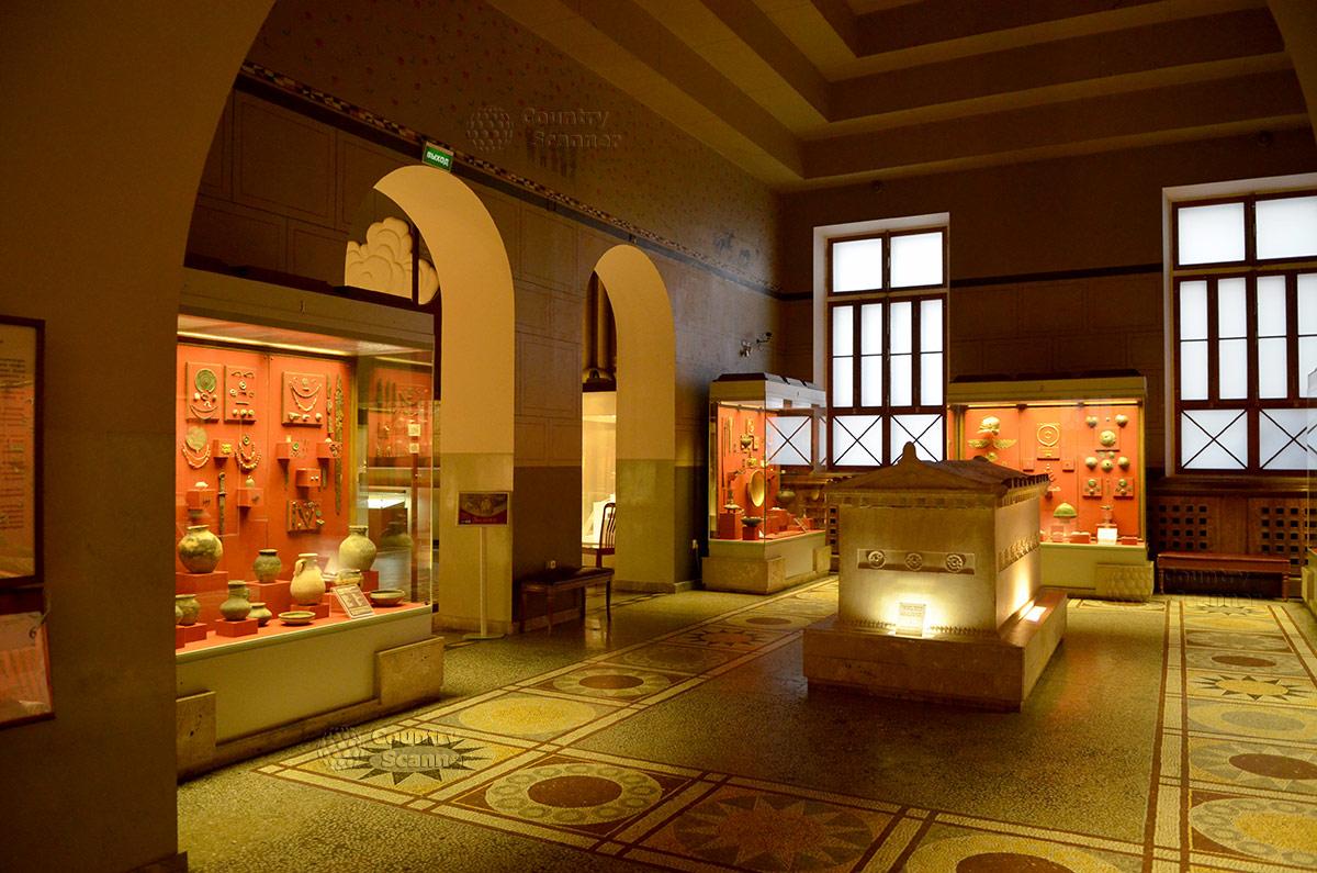 Государственный исторический музей. Мраморный саркофаг времен Боспорского царства, предположительно древнегреческого исполнения.