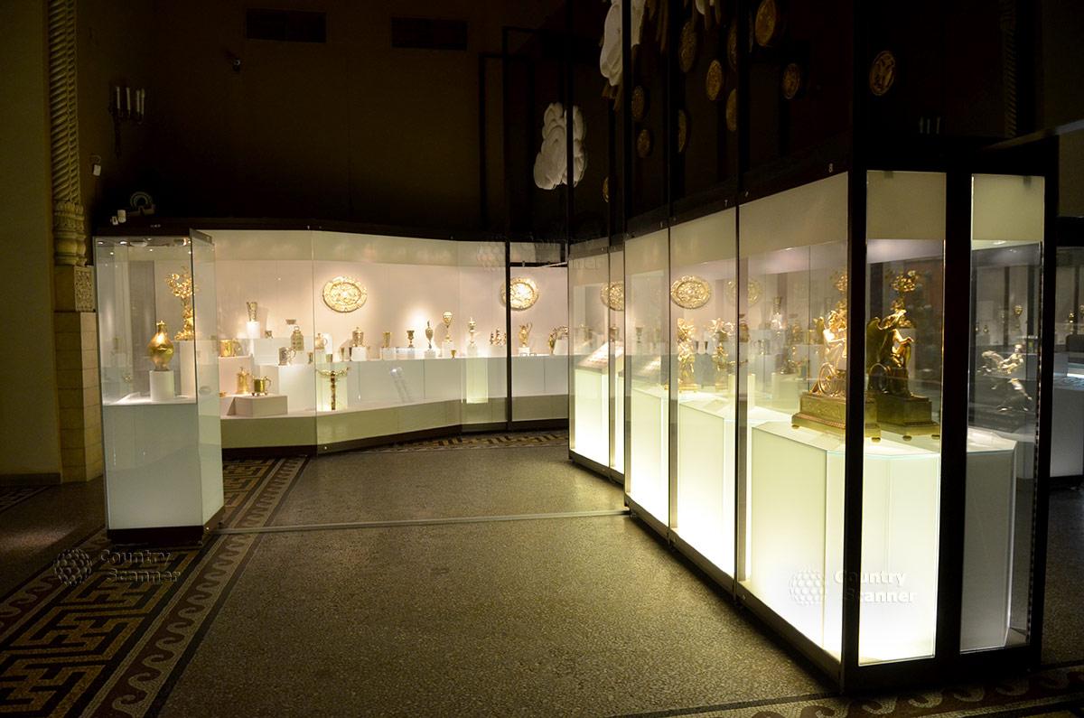 Зал экспозиции ювелирных изделий в государственном историческом музее.