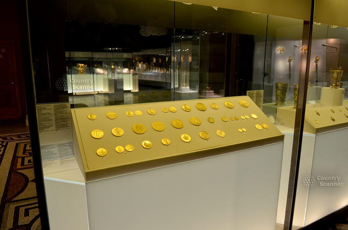Государственный исторический музей представляет коллекцию памятных монет и медалей из золота.