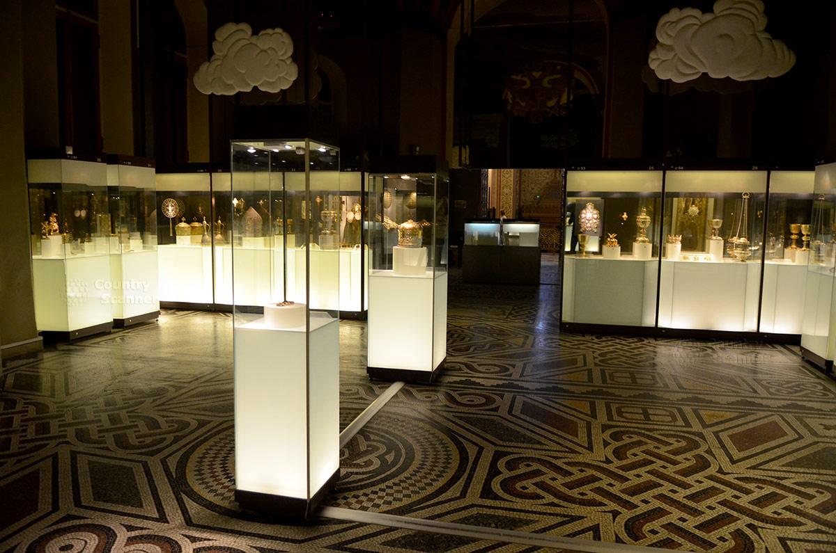 Культовые изделия из драгоценных металлов в экспозиции государственного исторического музея.