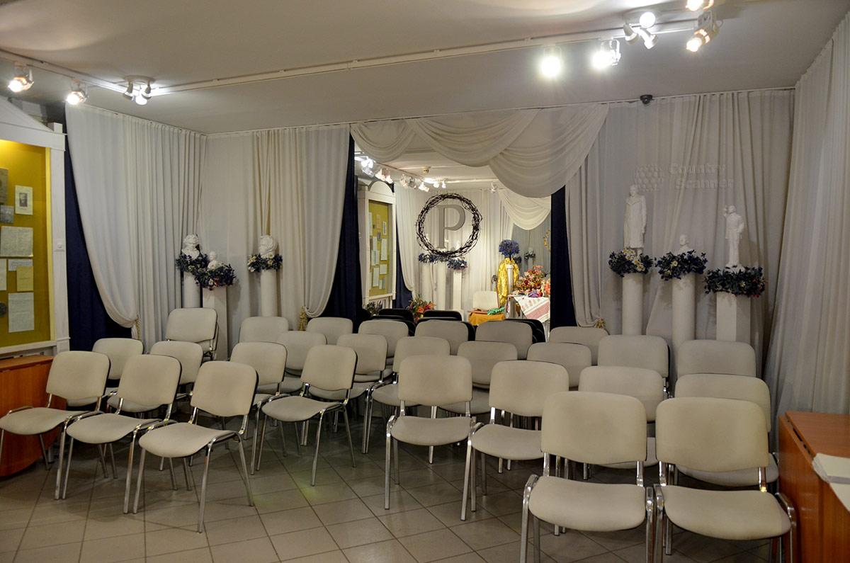 Интерьер Белого зала музея Есенина с расставленными стульями для участников очередного публичного мероприятия.