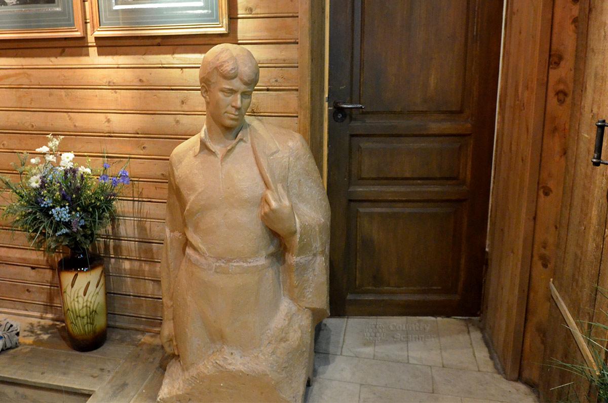 Вестибюль московского Государственного музея Есенина. Бюст не успевшего состариться поэта, ваза с его любимыми и неоднократно воспетыми полевыми цветами.