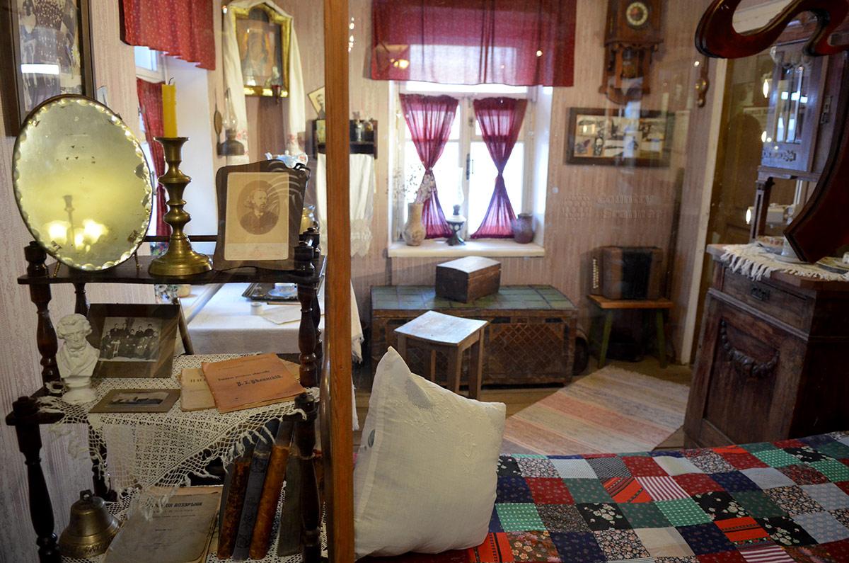 Внутреннее содержание есенинской комнаты. Главная экспозиция музея Есенина демонстрирует обстановку его жизни в московский период творчества.