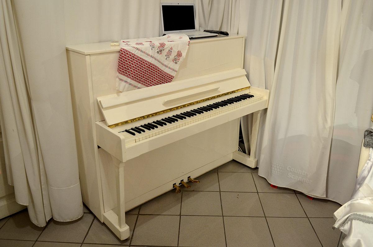 Белое пианино в заключительном зале музея Есенина. Все подобрано довольно гармонично – шторы и плитка пола, и сам музыкальный инструмент.