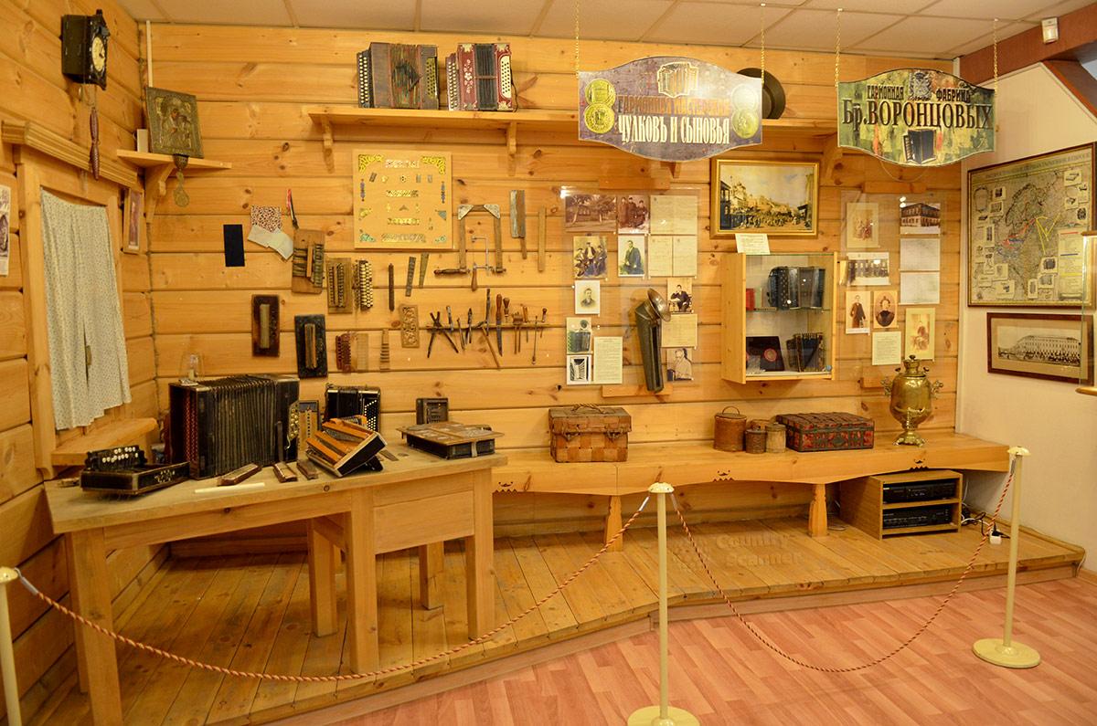Уголок мастеров изготовления музыкальных инструментов в музее гармоники. Приспособления и инвентарь, сведения о выдающихся умельцах.