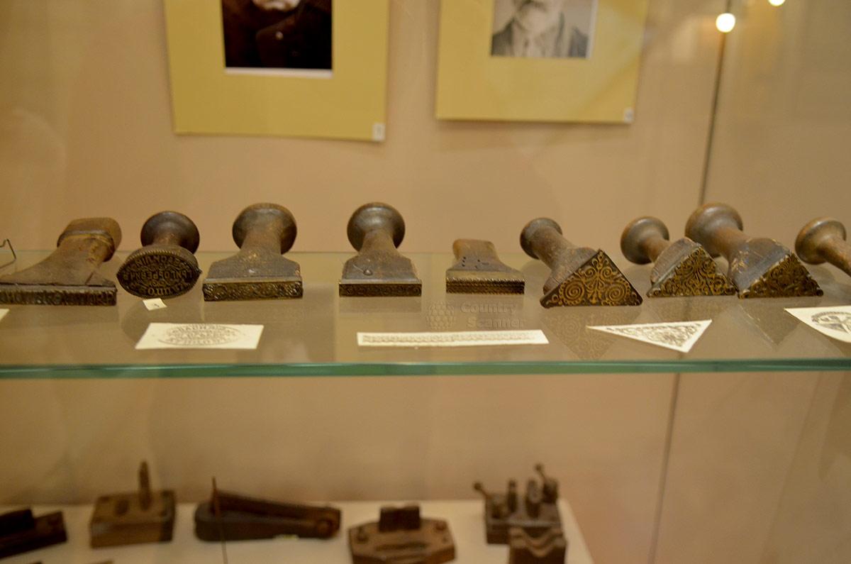 Клейма авторского происхождения музыкальных инструментов в московском музее гармоники.
