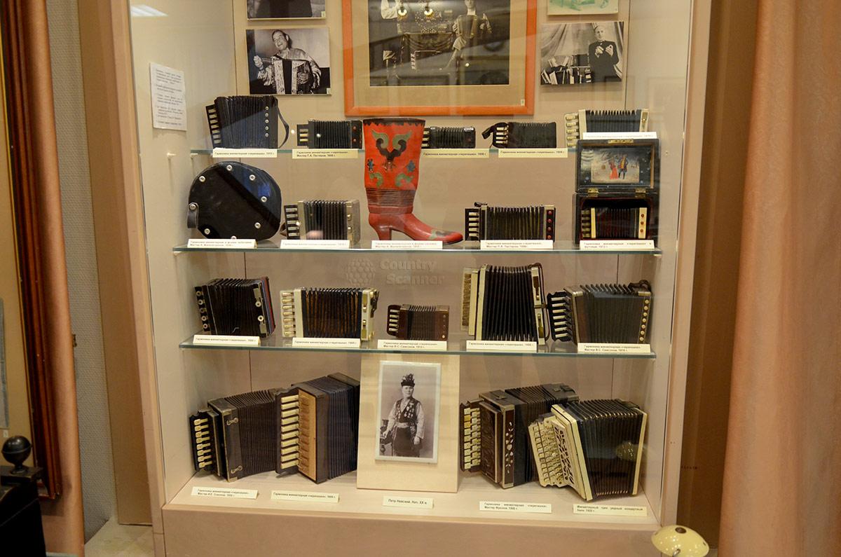 Стенд с образцами изделий мастеров разных регионов России в музее гармоники.