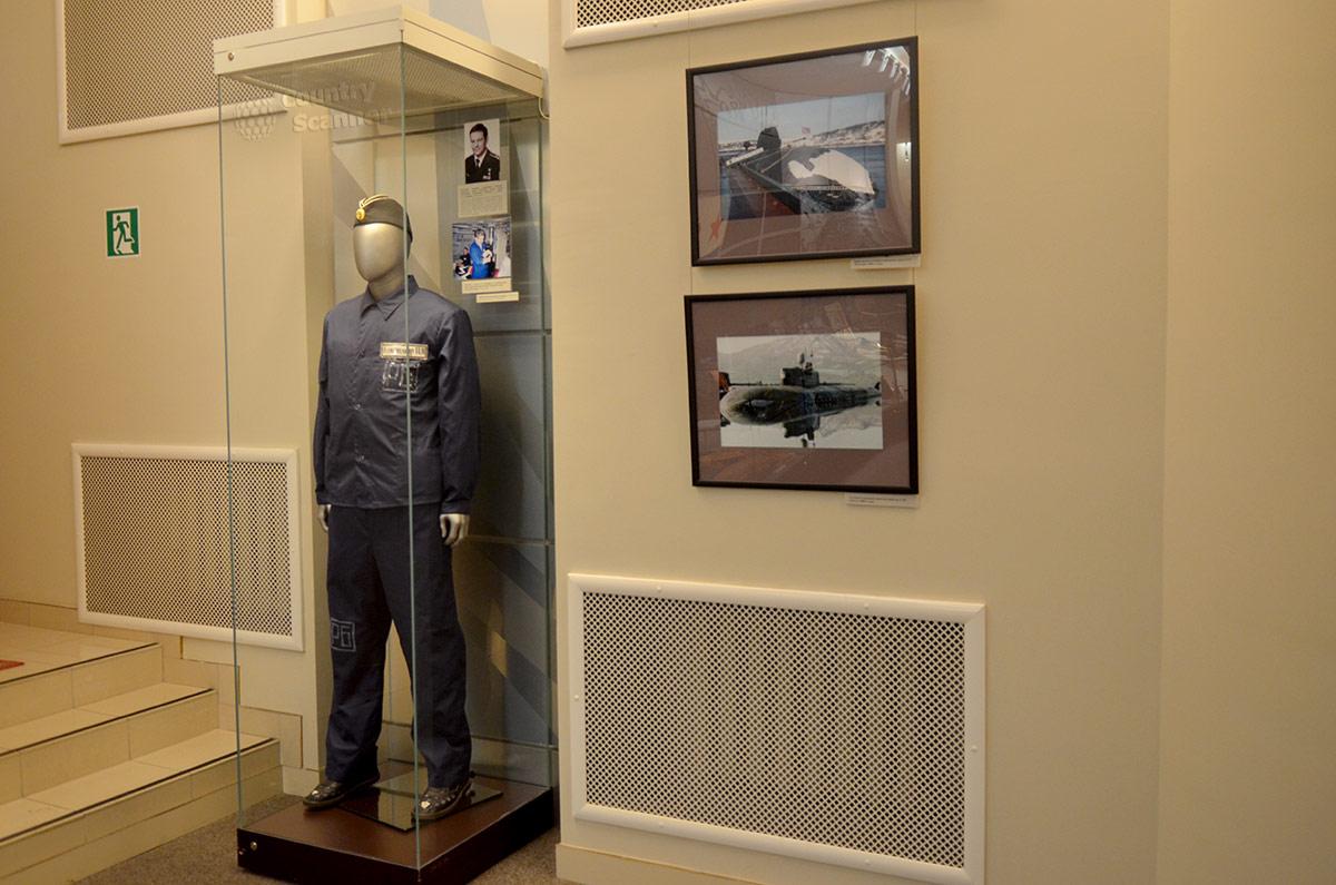Музей Героев, стенд о подвигах моряков подводного флота. Походное обмундирование командира ракетной субмарины.