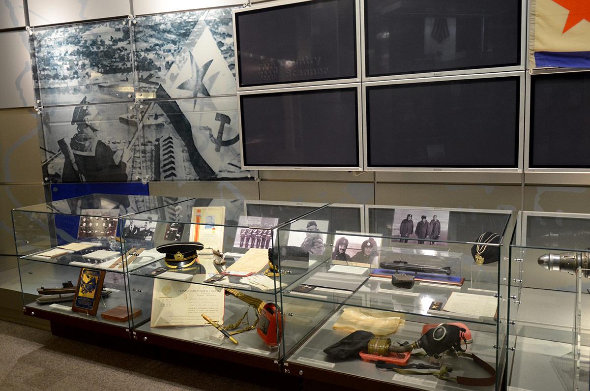 Витрина с фотографиями, личными вещами и моделями кораблей и подводных лодок, где служили моряки, удостоенные высоких званий. Экспозиция музея Героев Советского Союза и России.
