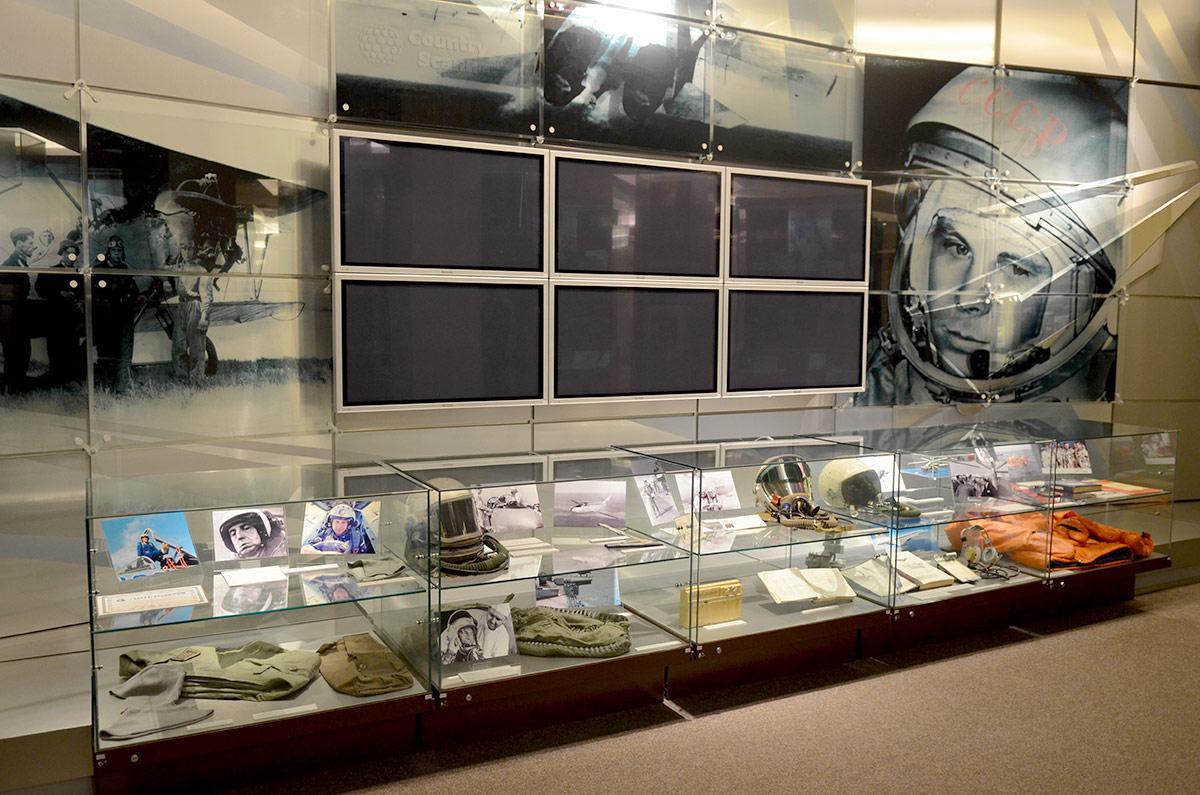 Гагаринский портрет красноречиво представляет космонавтов в музее Героев. Витрина с фотографиями предполетной подготовки и принадлежащими космонавтам вещами.