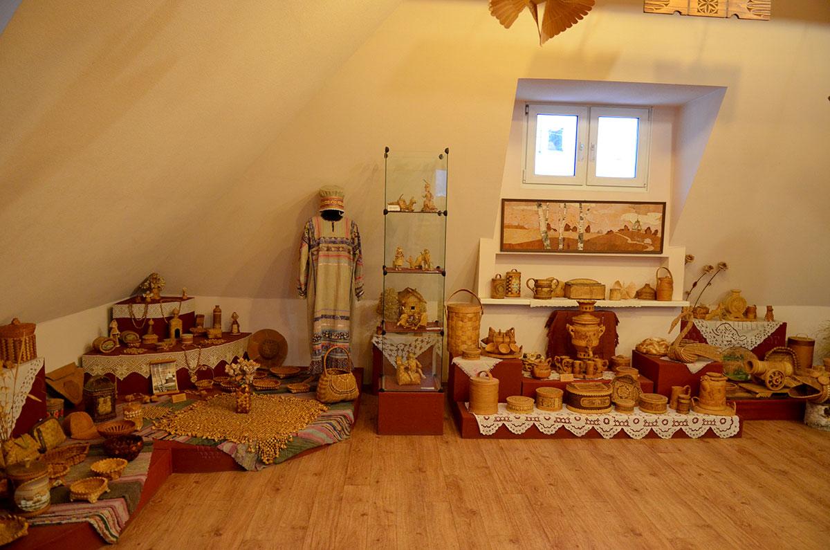 Берестяные экспонаты в Музее льна и бересты.