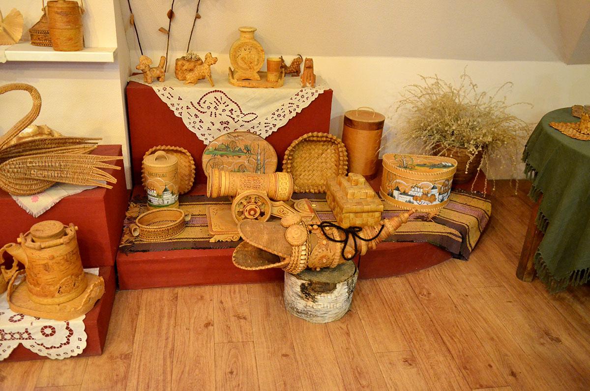 Музей льна и бересты. Уголок плетенных изделий из бересты.