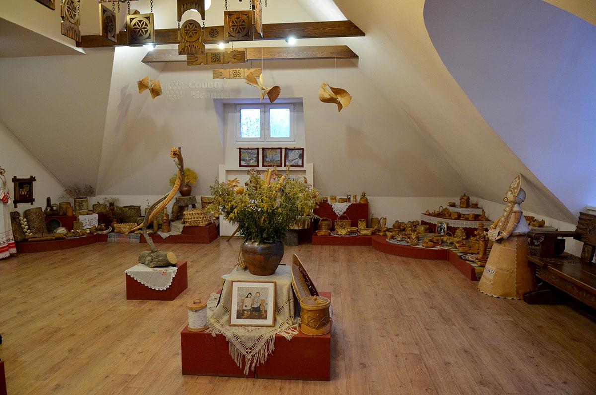 Музей льна и бересты. Берестяная экспозиция, в центре которой кружатся птицы счастья.