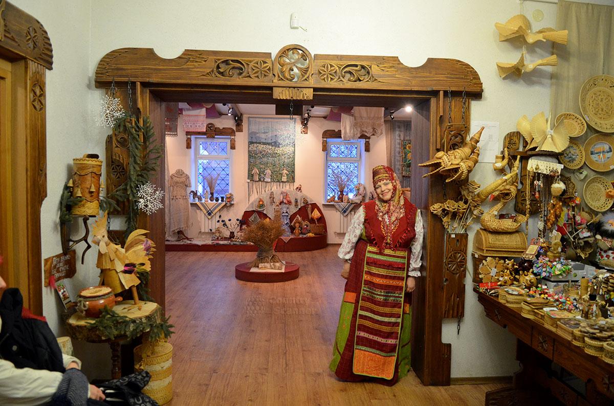 Радушный экскурсовод в Музее льна и бересты.