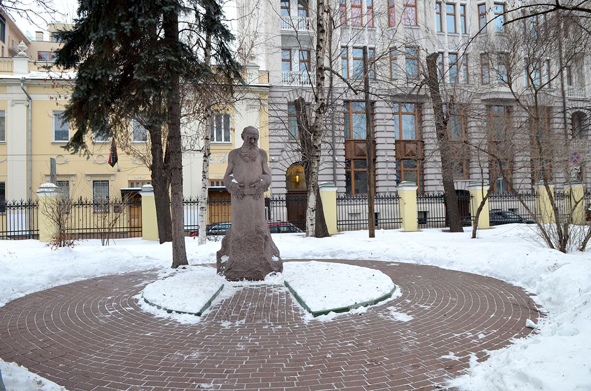 Памятник во дворе музея Льва Толстого, выполненный скульптором Меркуровым с использованием снятой им же посмертной маски писателя.