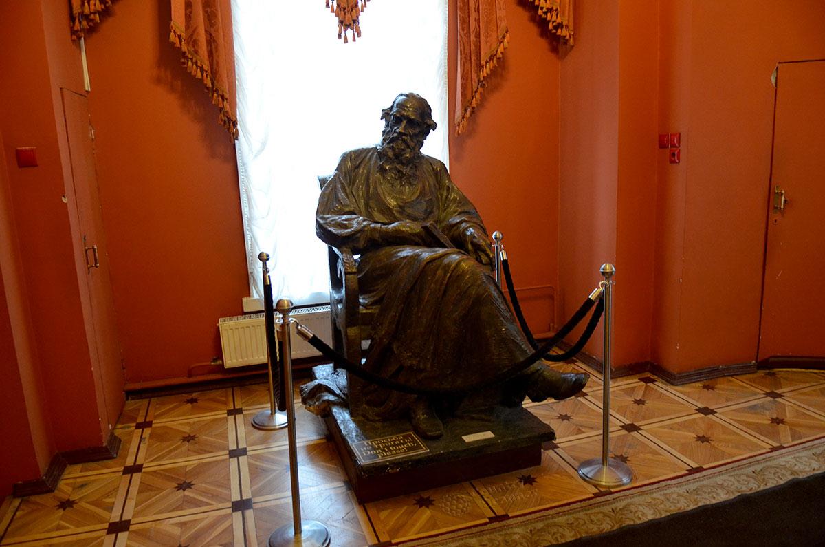 Бронзовая статуя писателя, сидящего в кресле, в музее Льва Толстого в Москве. Автор работы – скульптор И. Гинцбург.