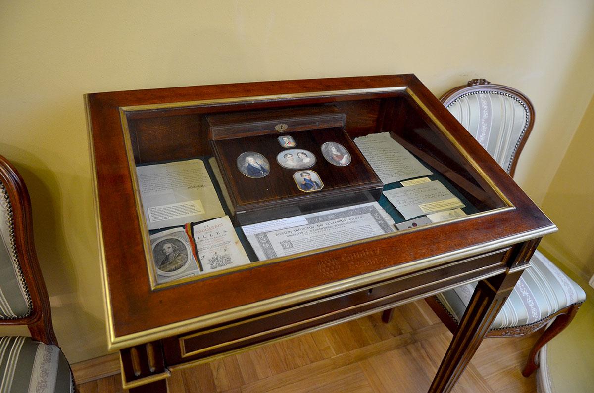 Застекленная витрина с личными и семейными реликвиями в музее Льва Толстого.