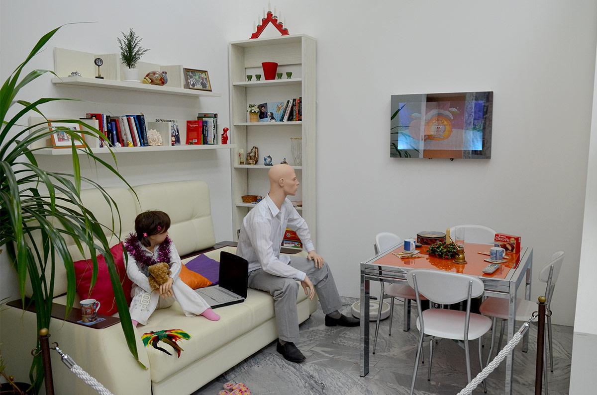 Современная гостиная, скорее всего в частном доме индивидуальной планировки в музее Пресня. Приметы времени – плазменная панель, трансформирующийся стол и пылесос – робот.