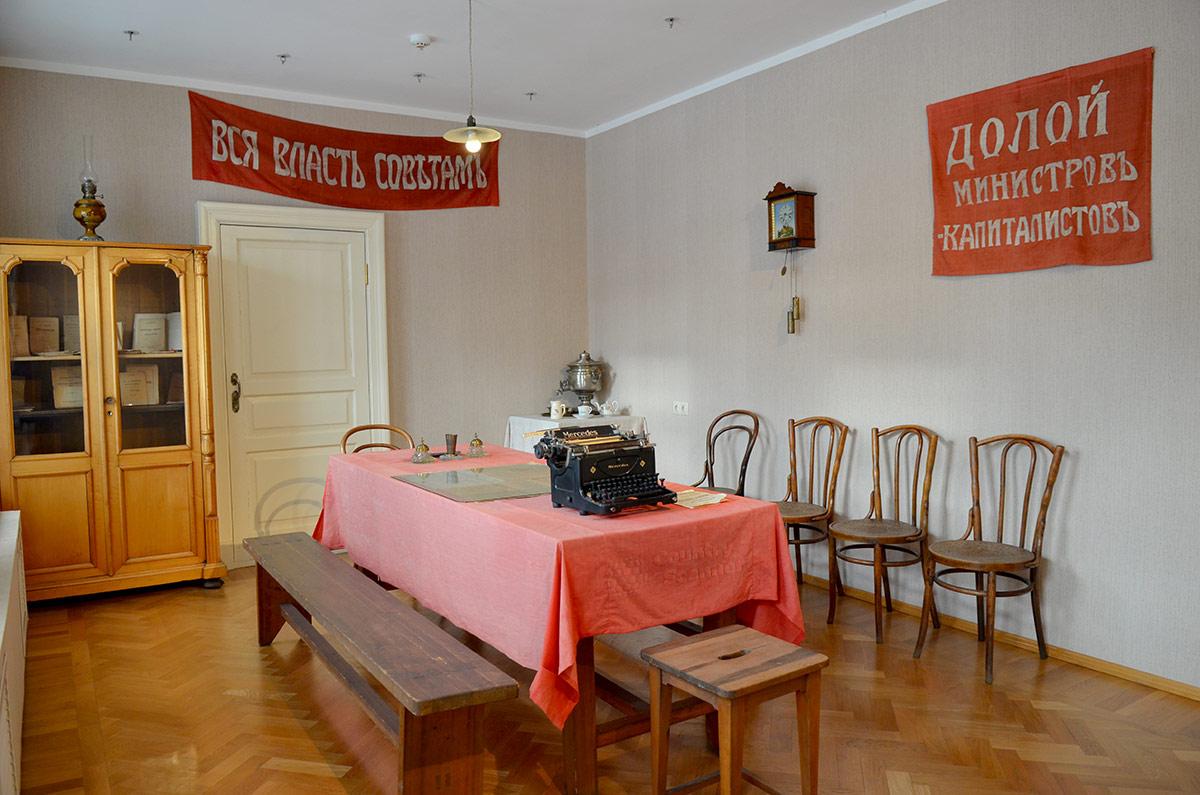 Помещение революционной большевистской организации в музее Пресня. Лозунги на стенах, пишущая машинка для выпуска листовок.