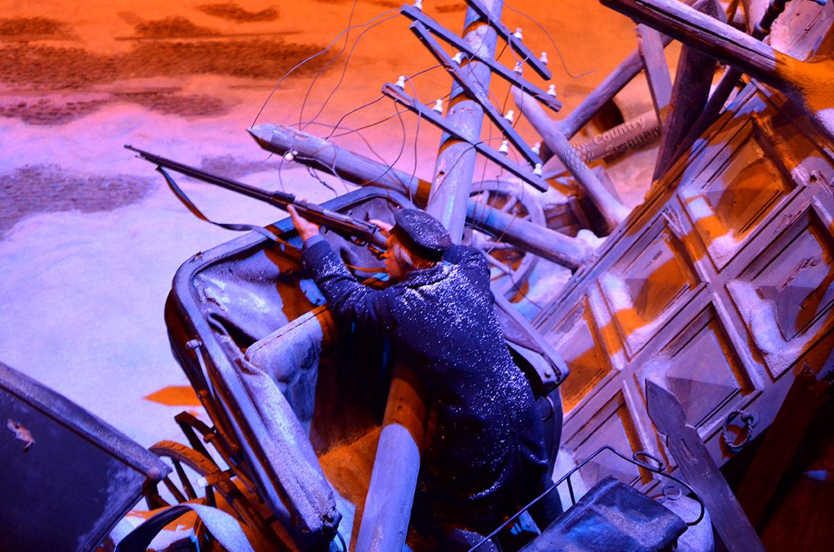 Подробности диорамы в музее Пресня. Один из дружинников ведет огонь по правительственным войскам с сооруженной восставшими рабочими баррикады.