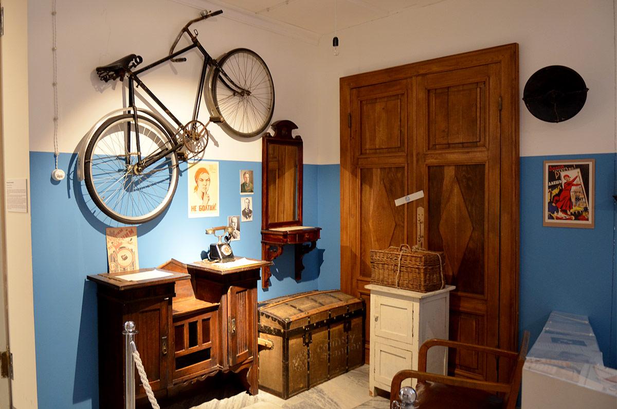 В музее Пресня представлена инсталляция коридора коммунальной квартиры, заполненного ненужными в повседневном обиходе вещами жильцов.