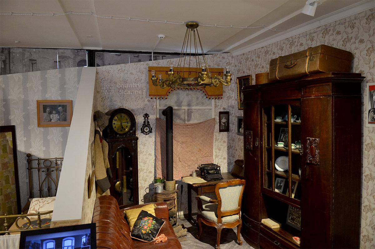 Жилье журналиста или писателя в заставленной вещами комнате коммунальной квартиры в экспозиции музея Пресня.