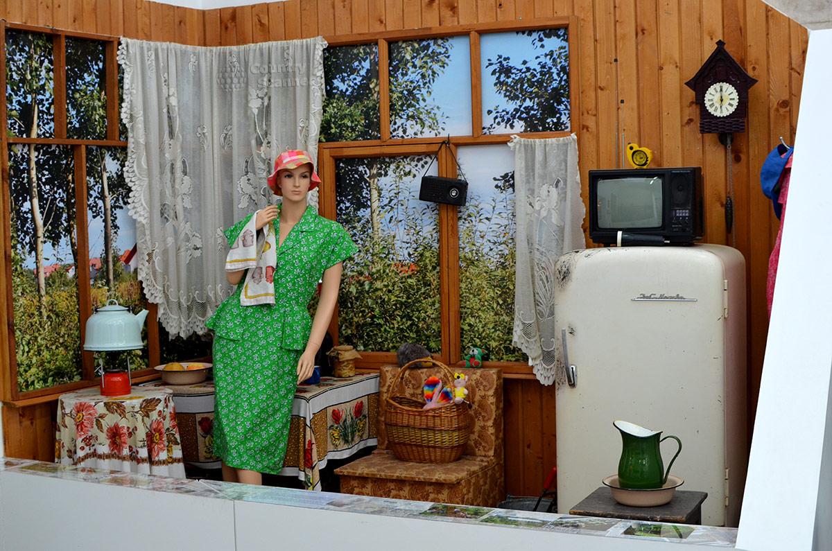 Хозяйка дачного домика на садовом участке 80-х годов, уже снабженного электричеством, экспозиция эволюции бытовых условий в музее Пресня.