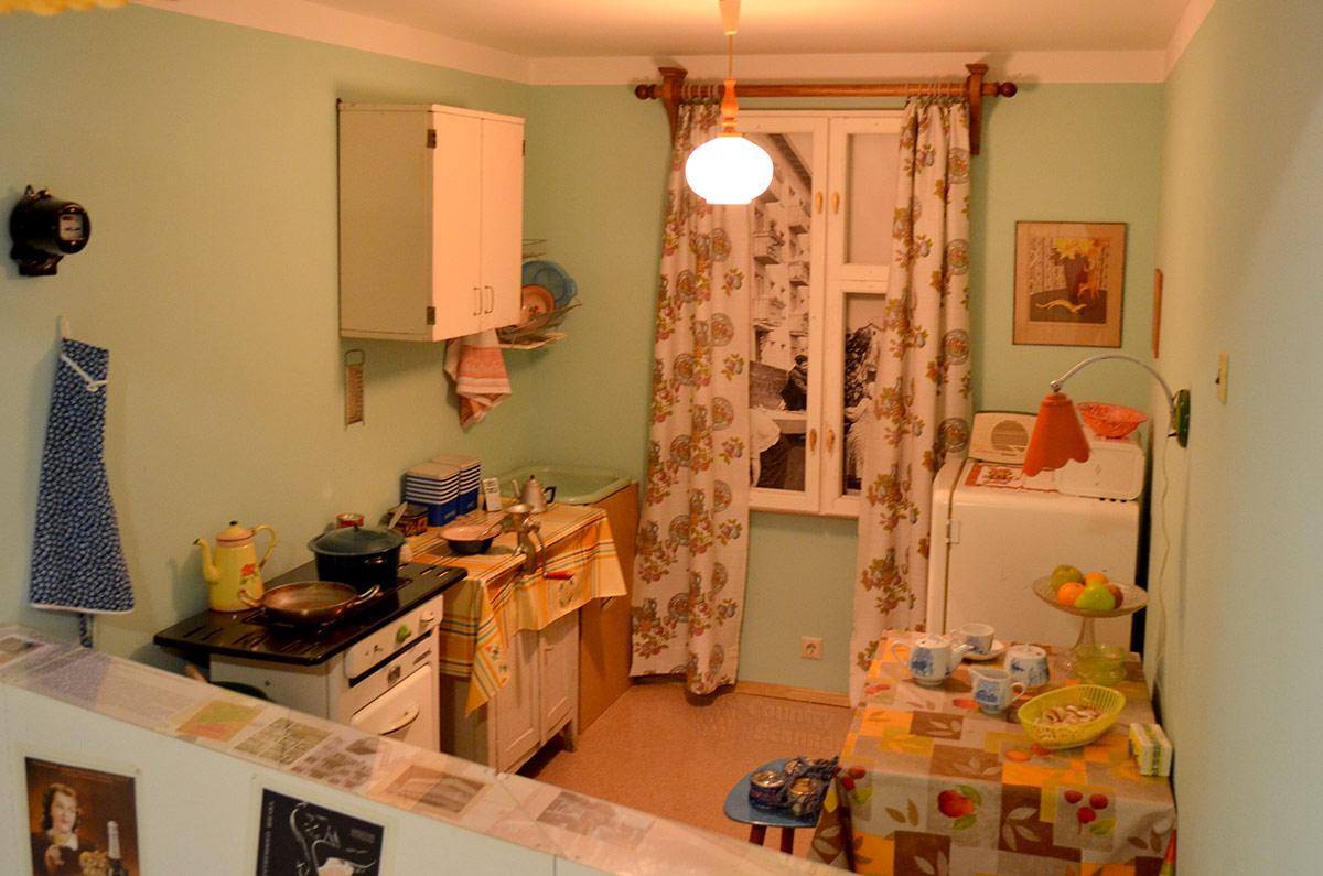 Музей Пресня представляет интерьер индивидуальной кухни малометражной квартиры в типовом панельном пятиэтажном доме, именуемом в народе хрущобами.