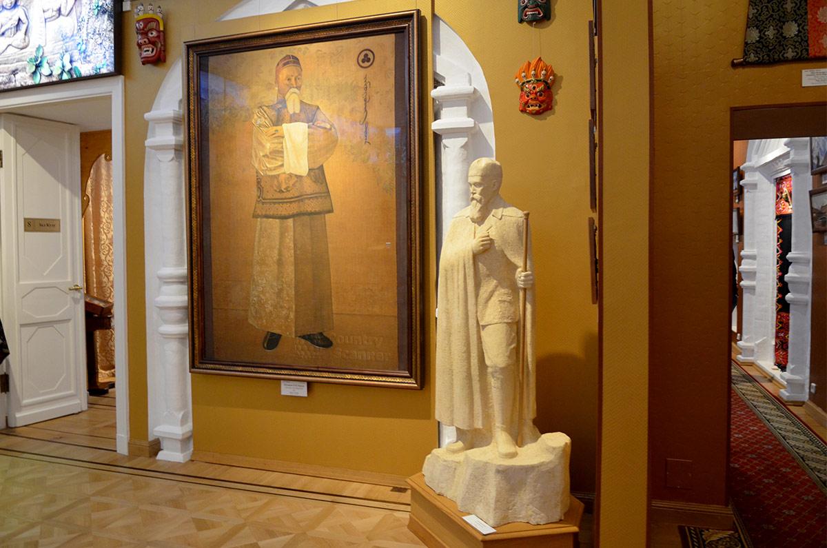 Музей Рериха, крупный план в зале Центрально – Азиатской экспедиции. Портрет главы семьи в буддистском облачении, привезенные из путешествия маски и изваяние Рериха.