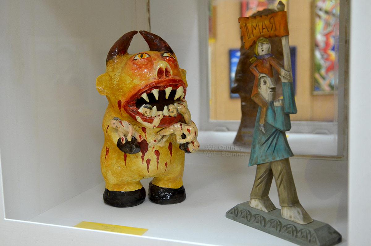 Интересная скульптурная композиция, представленная в Музее русского лубка и наивного искусства