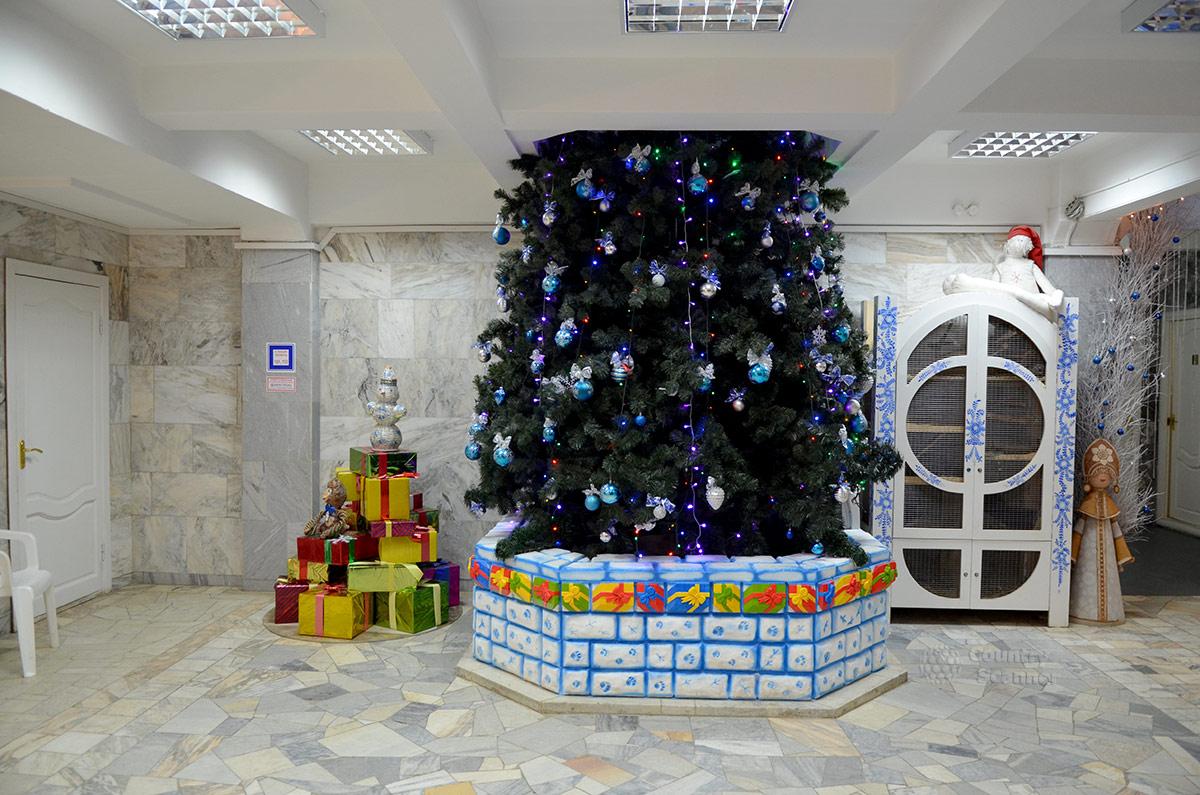 Резиденция Снегурочки. Большая-пребольшая елка.
