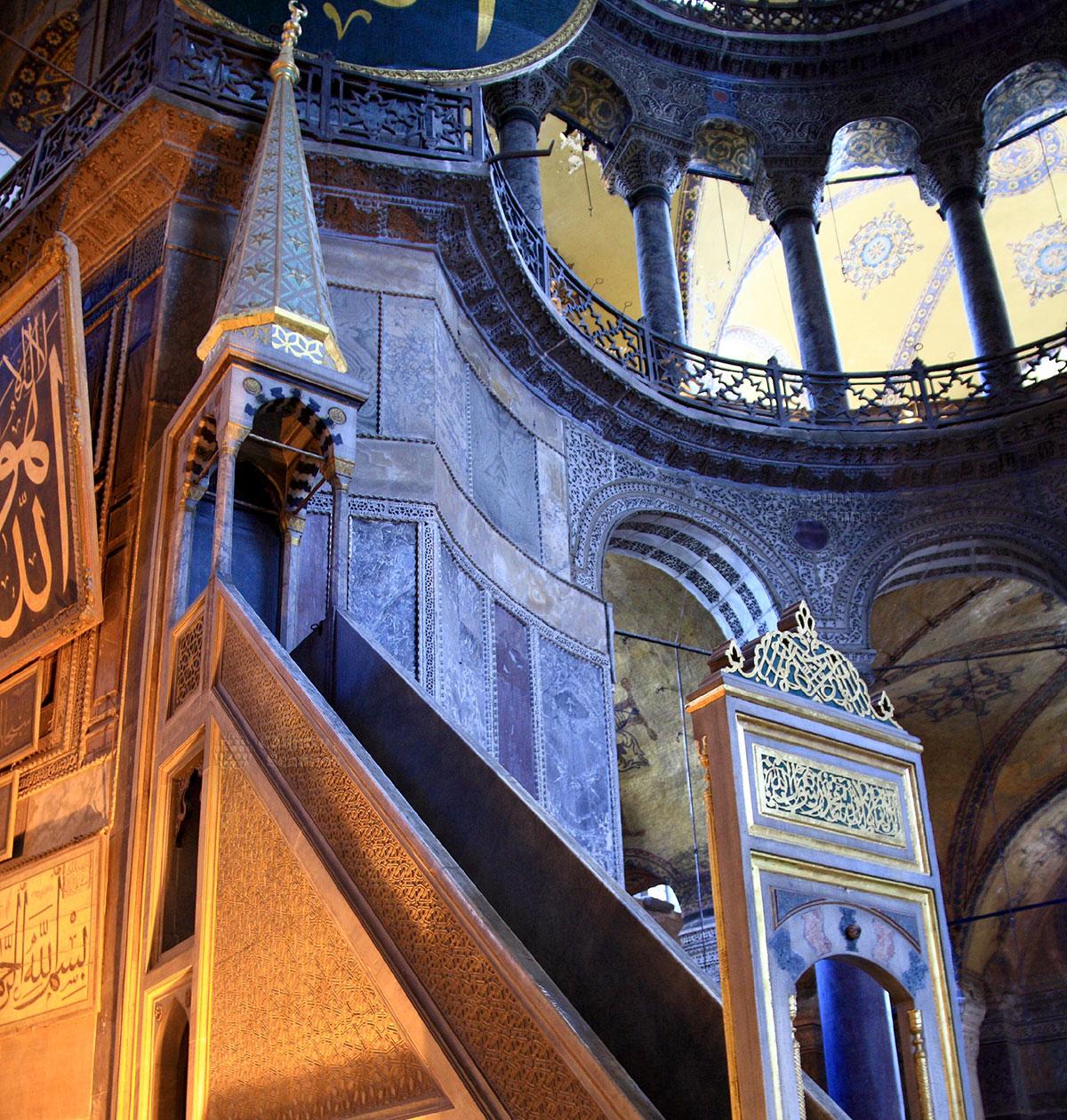 Мусульманское преображение византийского Софийского собора. Ориентированный на Мекку исламский минбар, аналог христианского амвона для проповедников.