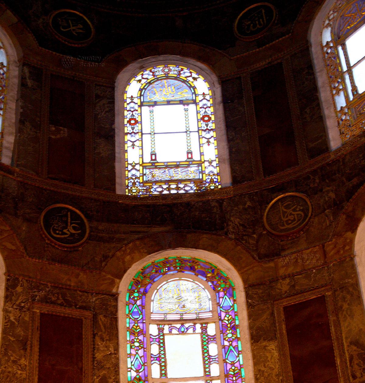 Софийский собор хорошо освещен внутри благодаря множеству окон. Красочные витражи из цветного стекла и позолоченные решетки разнообразят и украшают интерьер.