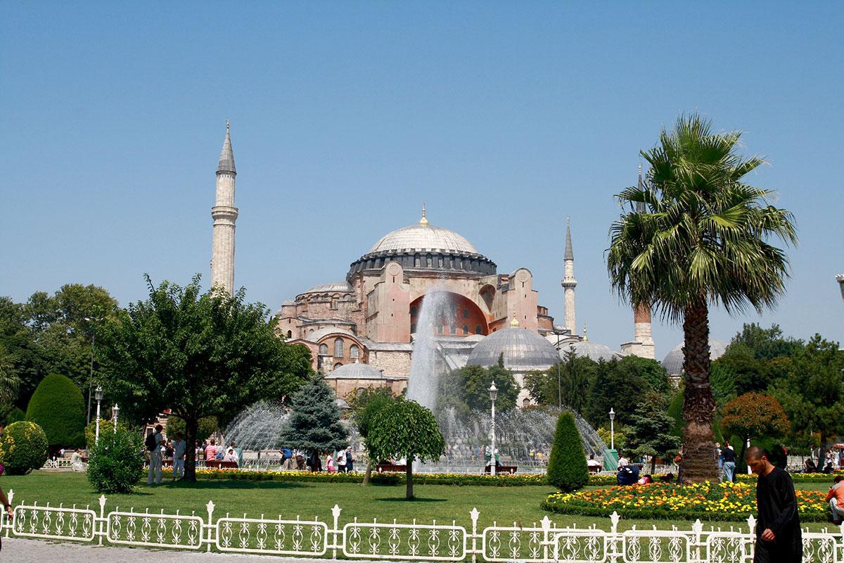 Софийский собор в Стамбуле – византийский храм, побывавший мечетью и служащий ныне музеем. Грандиозное строение более 1000 лет было крупнейшим в мире.