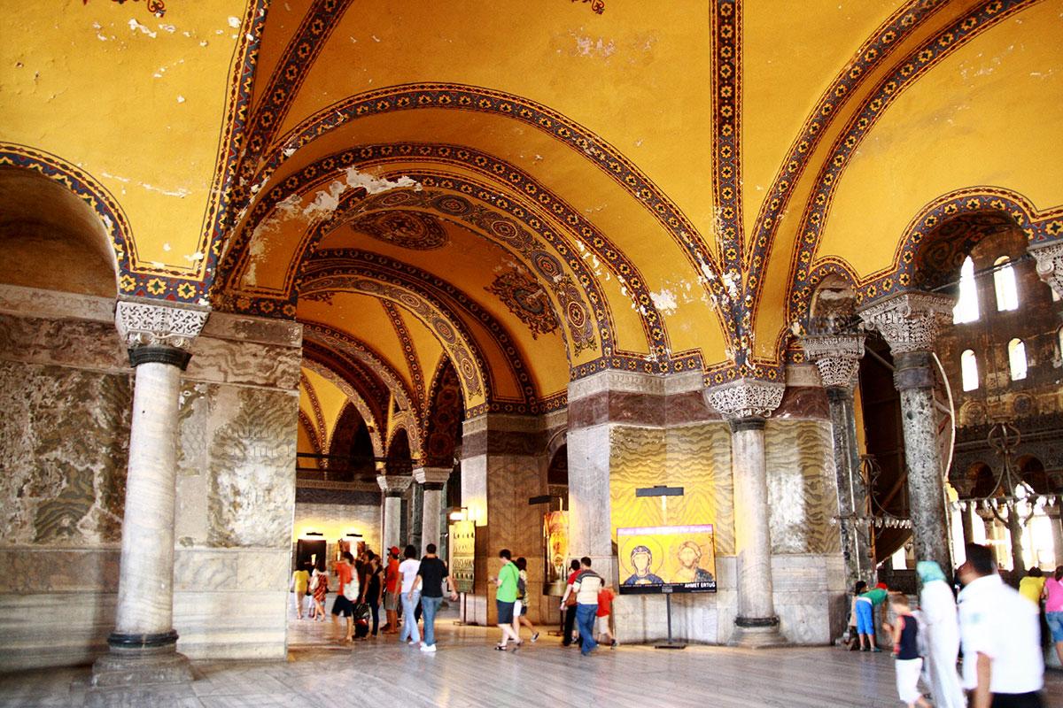 Посетители на входе в Софийский собор поражаются грандиозными размерами внутреннего пространства, богатством и разнообразием отделки.