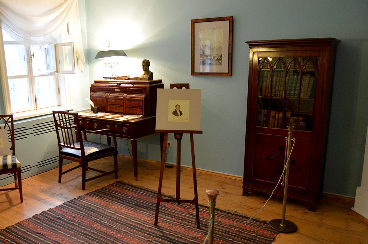 Правая часть комнаты поэта в мезонине музея Лермонтова. Секретер с черновиками стихотворений, книжный шкаф и мольберт с изображением собственного отца.