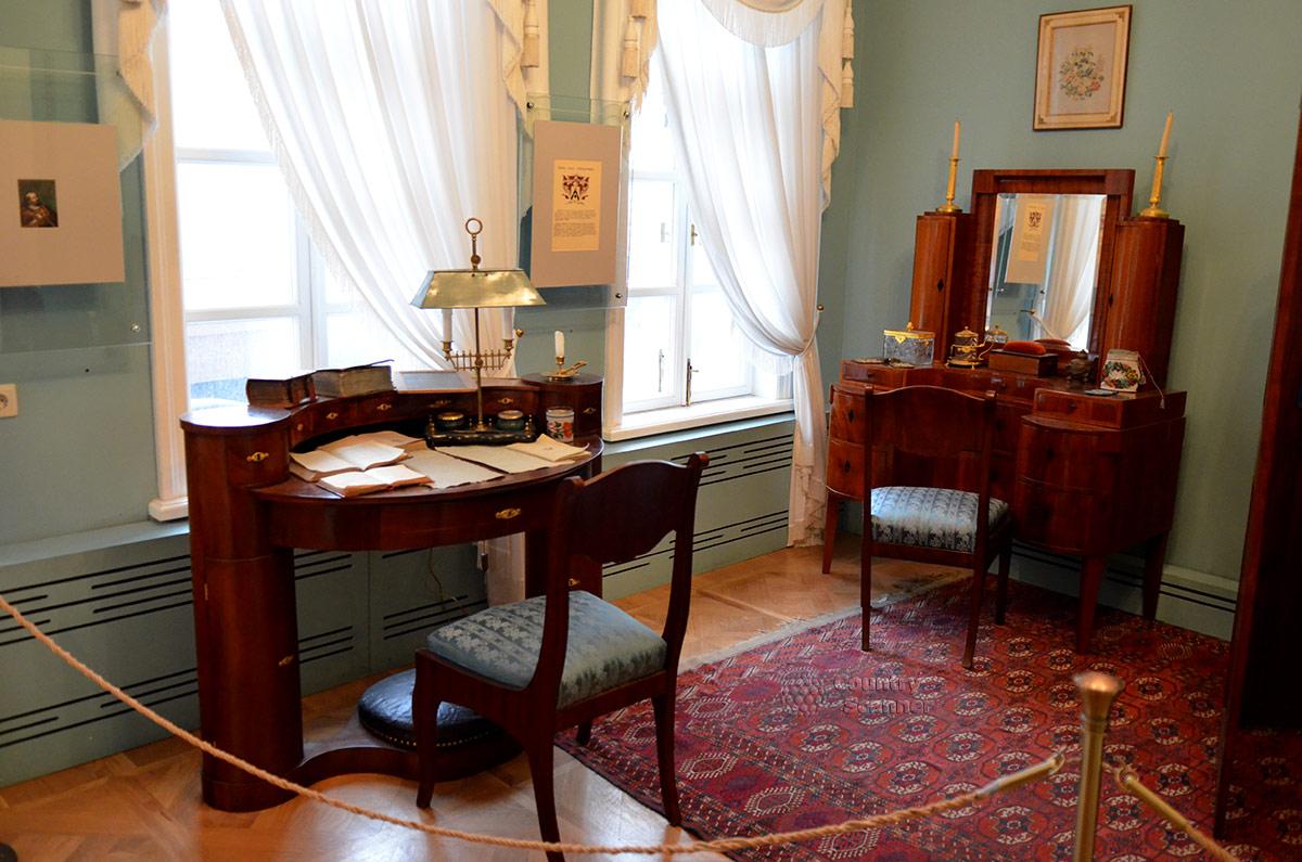 Музей Лермонтова начинают осматривать с комнаты его бабушки, Елизаветы Алексеевны. Очень оригинальны в этом помещении письменное бюро и туалетный столик.