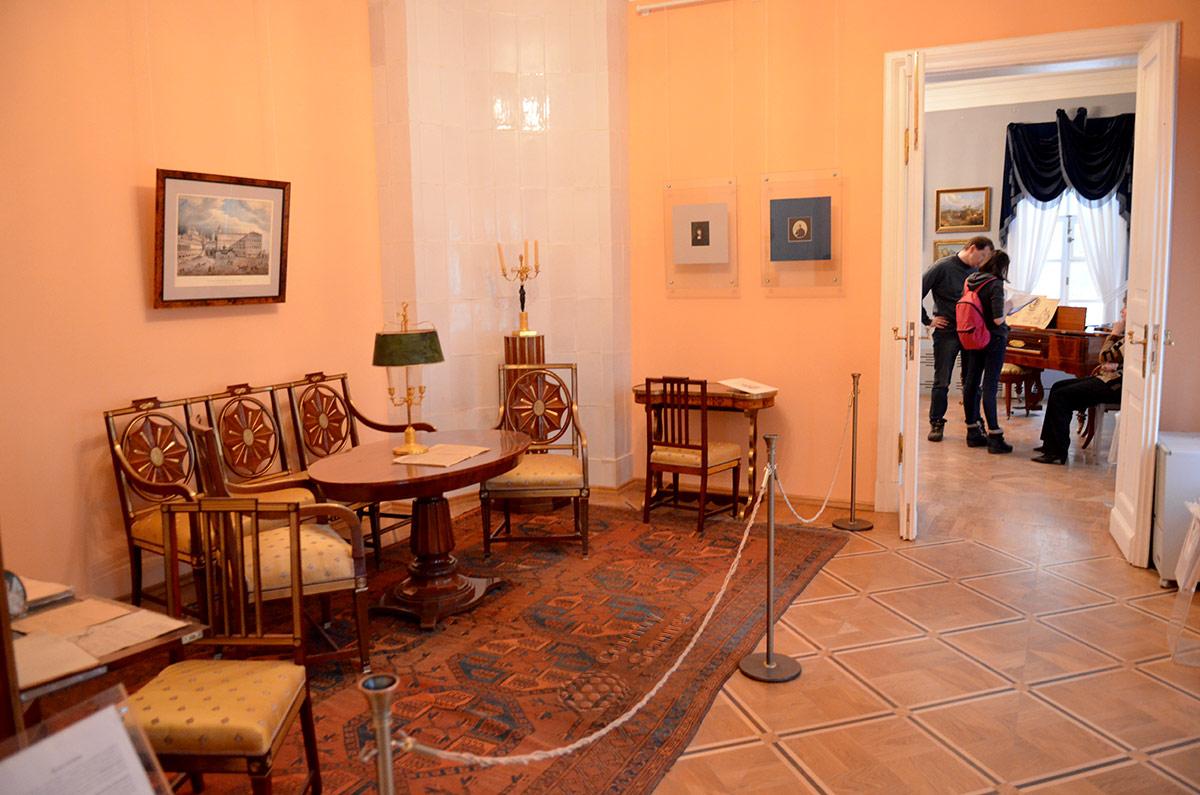 Музей Лермонтова, так называемая Малая гостиная – помещение для совместных занятий начинающего поэта со своими соучениками.