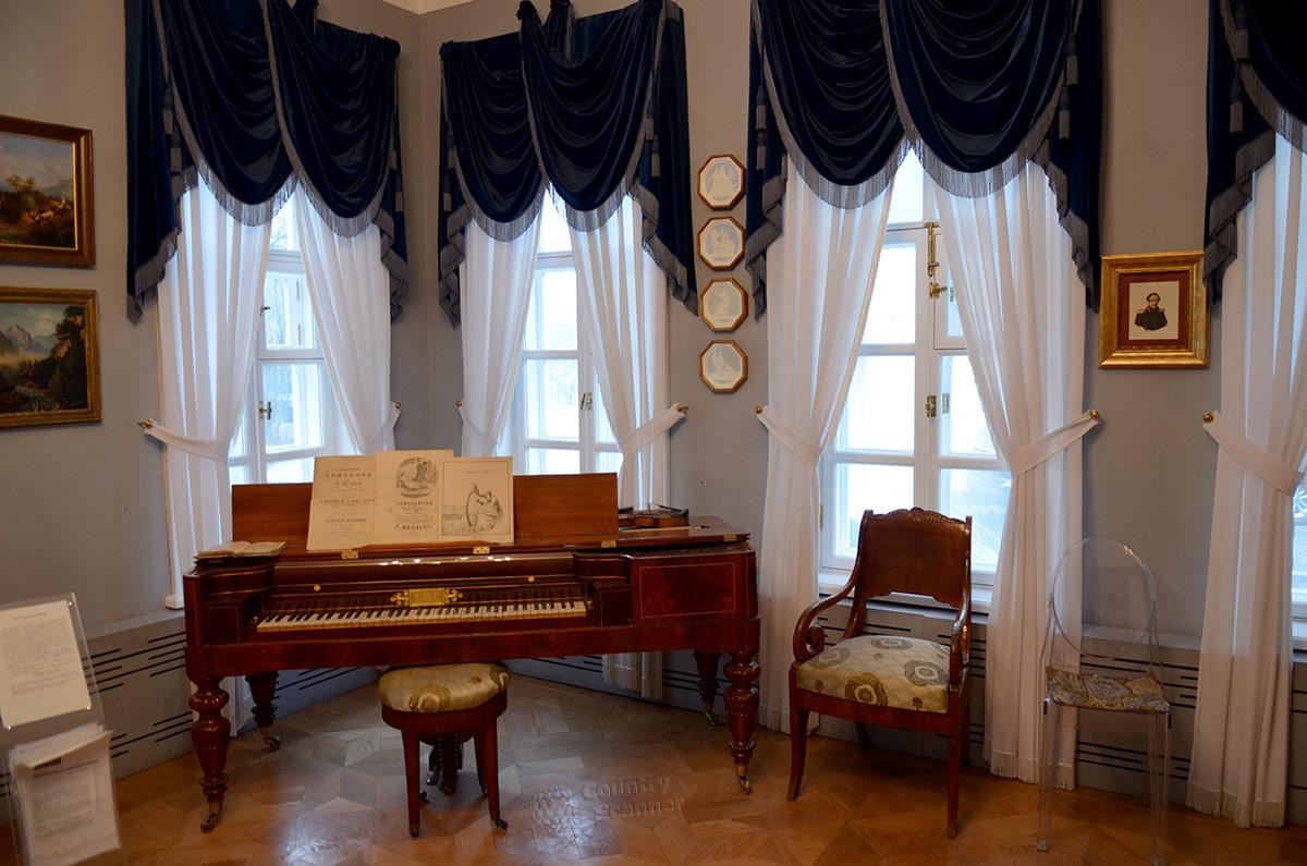 Смежная с предыдущей Большая гостиная, помещение с самыми широкими возможностями использования. Фортепиано позволяет проводить музыкальные занятия.
