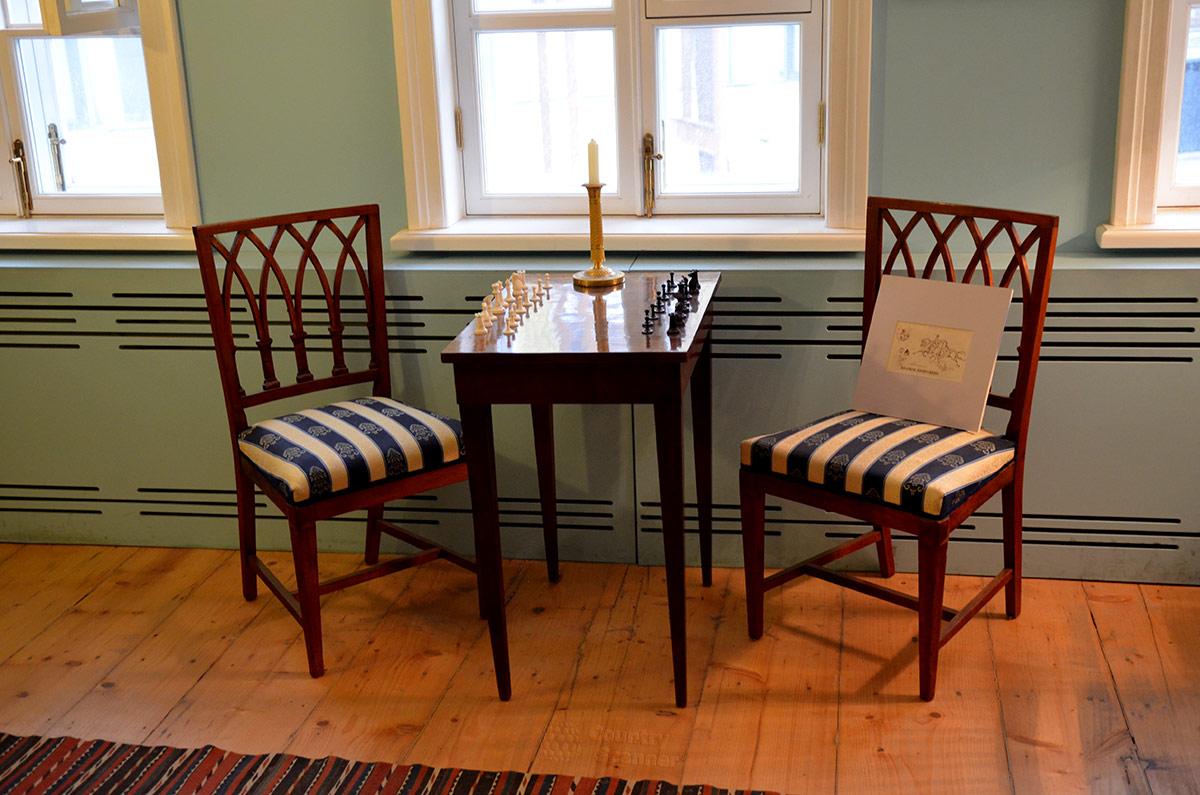 Шахматный столик и расставленные фигуры в комнате поэта, в мезонине музея Лермонтова.