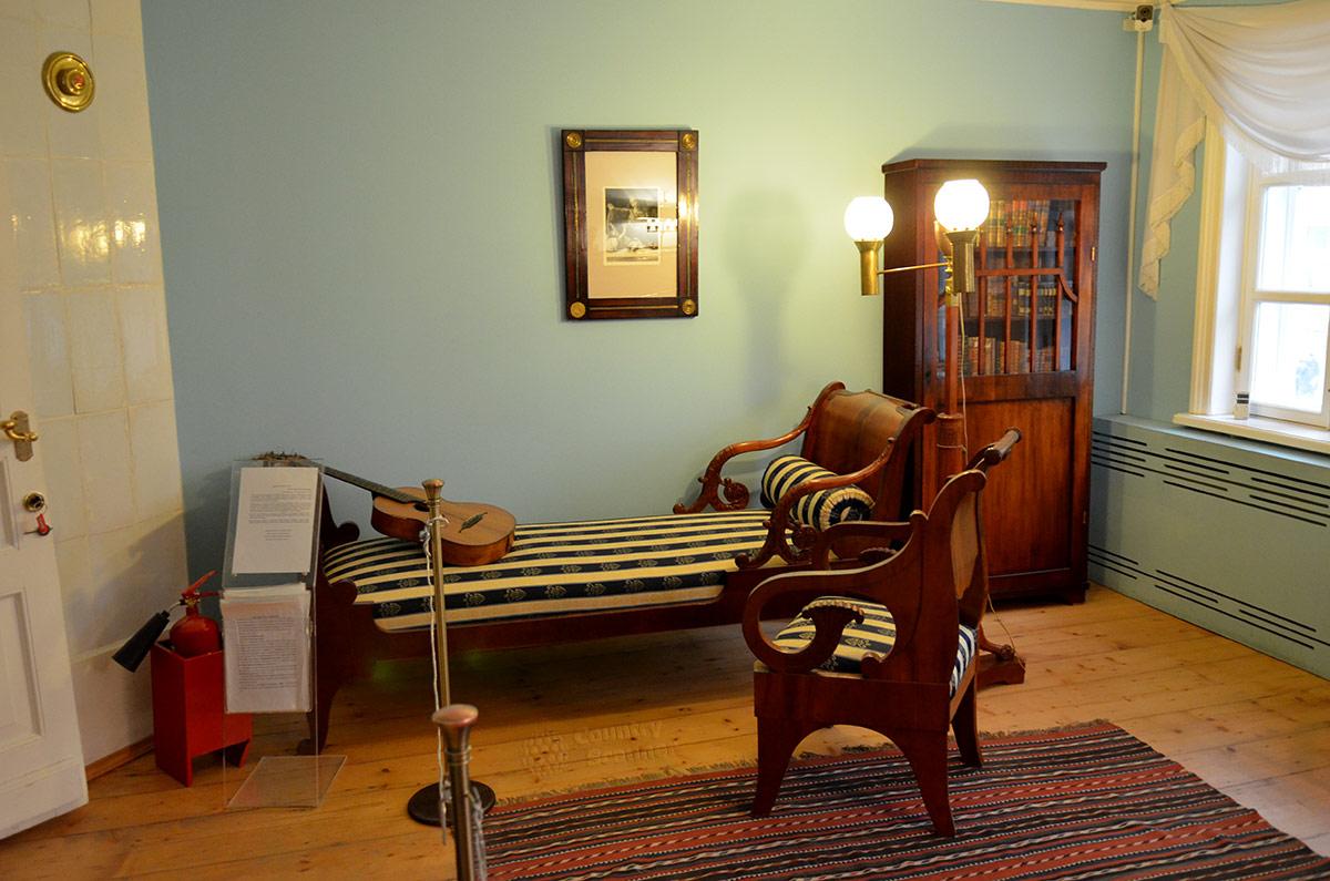 Музей Лермонтова, кушетка с креслом и книжный шкаф в комнате, занимаемой Михаилом Юрьевичем. Гитара на кушетке говорит о музыкальных пристрастиях хозяина.