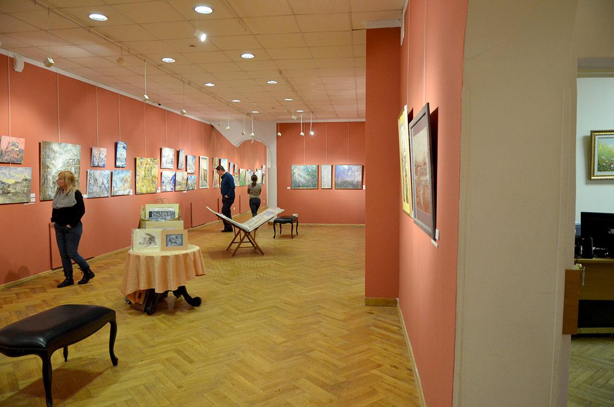 Галерея Нагорная. Экспозиция в оранжевом зале.
