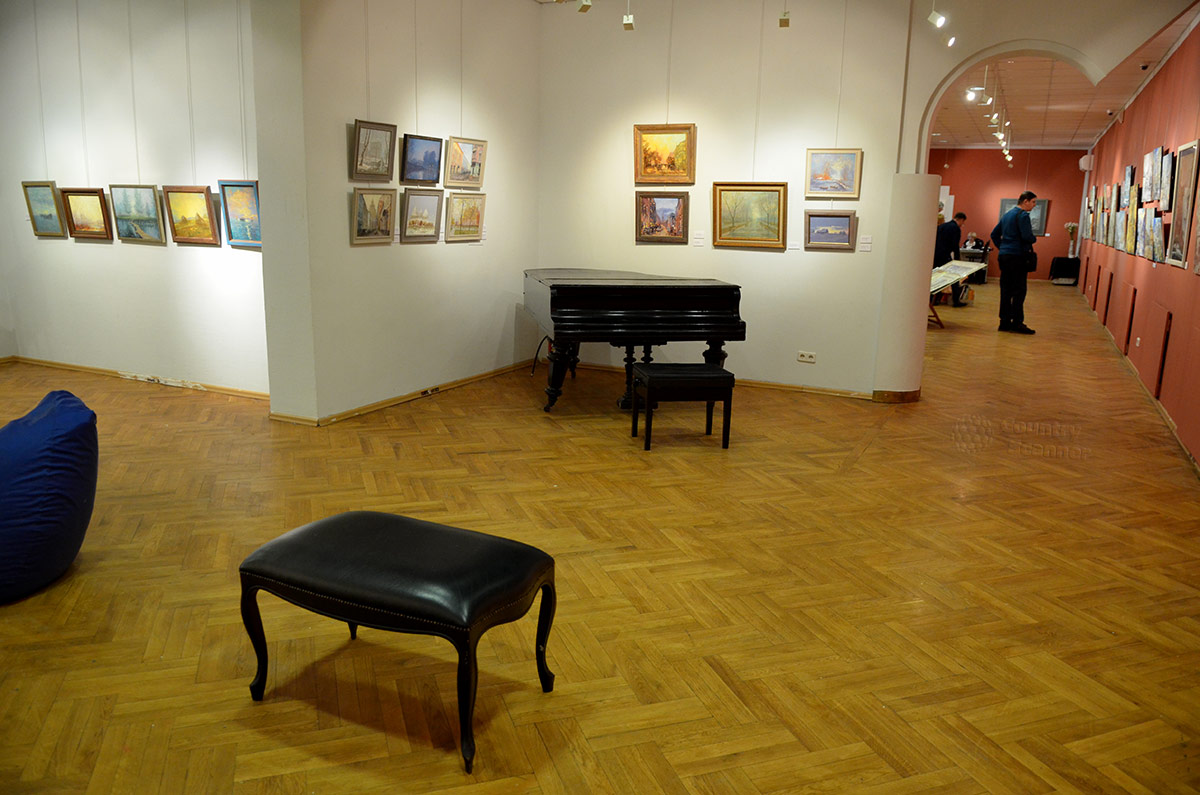 Галерея Нагорная. Рояль в одной из комнат.
