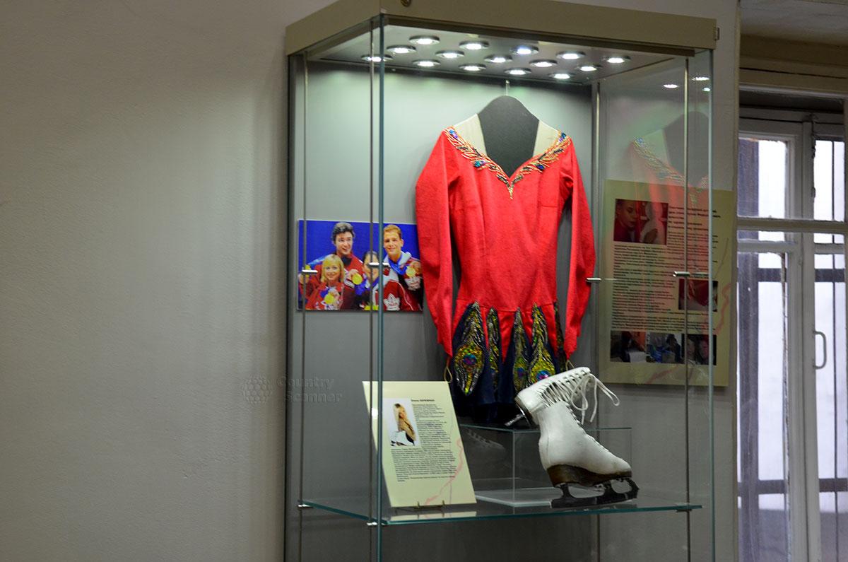 Стенд музея Преодоление, посвященный травме и чудесному восстановлению Елены Бережной, сумевшей после выздоровления стать призером, а затем и чемпионкой зимних Олимпийских игр.