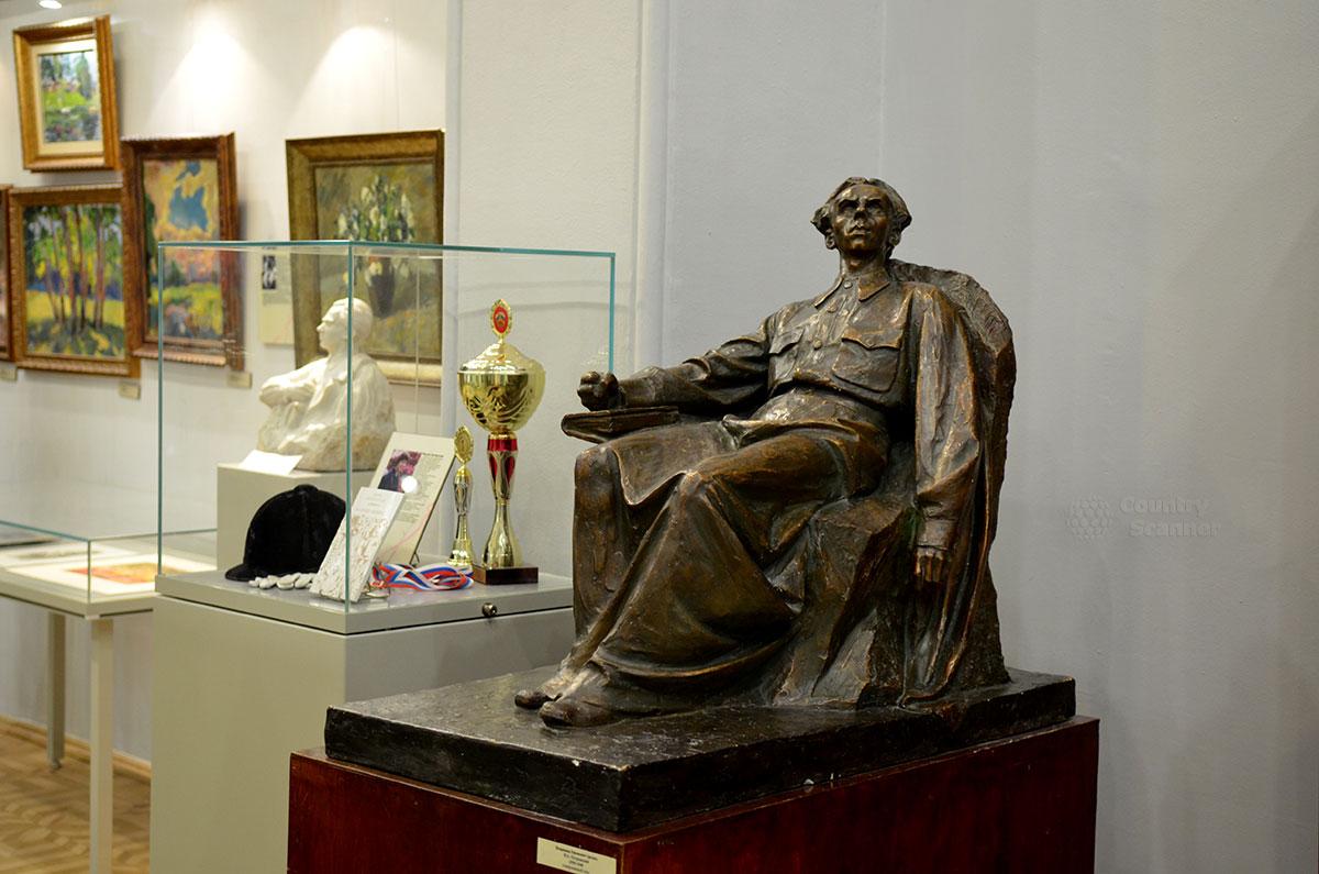 Скульптура Островского во френче бригадного комиссара, такое звание ему присвоили за год до кончины одновременно с награждением орденом Ленина. Мимо изваяния посетители проходят в зал музея Преодоление, носящий такое же наименование.