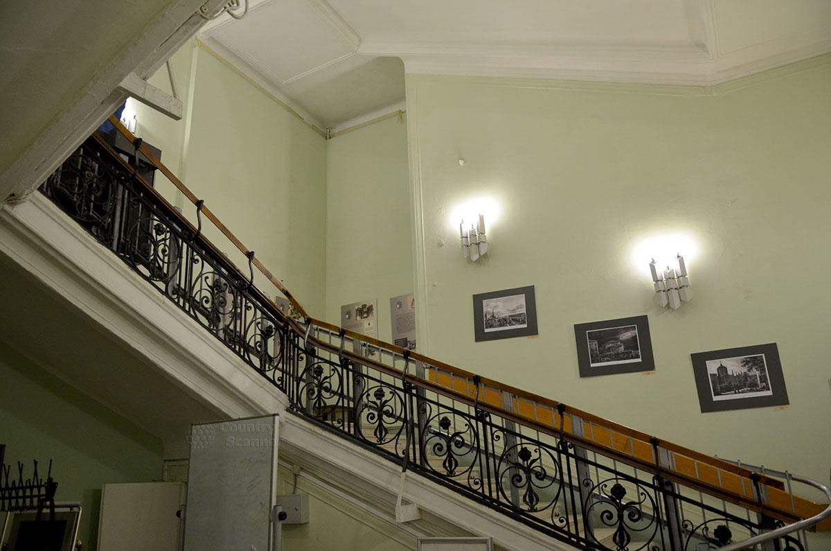 Лестница между этажами здания, где размещена мемориальная квартира Островского и музей Преодоление. Заметна красота ограждающей решетки перил и культура оформления подъезда.