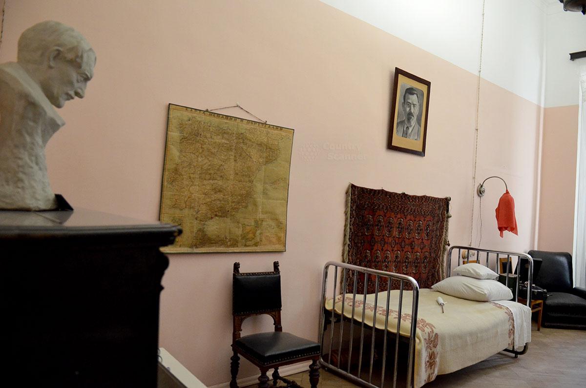 В музее Преодоление доступна для посещения мемориальная квартира Николая Островского, меблированная из казенных запасов.